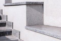 Stadsstege från en grå sten och granit En stege i staden royaltyfri bild