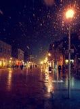 Stadsstraat bij de winter sneeuwnacht met mensen het lopen De vage Lichten van de Stad sneeuwval stock foto