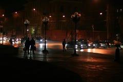 stadsstraat bij nacht in de verlichting van lichten van auto's royalty-vrije stock fotografie