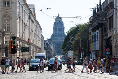 Stadsstraat en het Paleis van Rechtvaardigheid in Brussel, België Stock Foto's