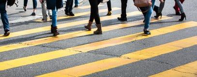 stadsstraat met een motie vage menigte die een weg kruisen royalty-vrije stock foto