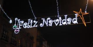 Stadsstraat met Kerstmisbollen wordt verlicht, Vrolijke Kerstmis die stock fotografie