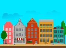 Stadsstraat met lange die gebouwen in een vlakke stijl worden gemaakt vector illustratie