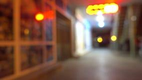 Stadsstraat met winkels bij nacht niemand stock videobeelden