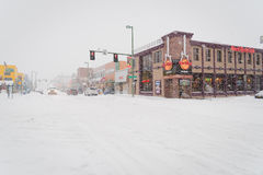 Stadsstraat op een de winterdag met sneeuw, Anchorage, Alaska wordt behandeld dat Stock Foto's