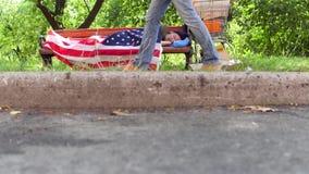 Stadsstraat, oude dakloze mens die op bank, het slapen liggen stock videobeelden