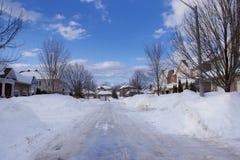 Stadsstraat in winter, in sneeuw wordt de behandeld die stock fotografie