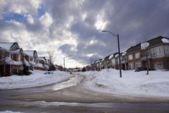 Stadsstraat in winter, in sneeuw wordt de behandeld die stock afbeeldingen