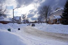 Stadsstraat in winter, in sneeuw wordt de behandeld die royalty-vrije stock foto