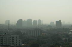 Stadsstyline met smok of mist Stock Fotografie