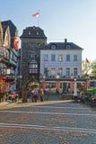 Stadstorn och gatamarknad Marktplatz i Linz f.m. Rhein Arkivbilder