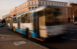 Stadstrådbuss med effekten av att göra suddig Arkivfoto