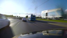 Stadstrafik för snabb rörelse på huvudvägen på den soliga dagen arkivfilmer