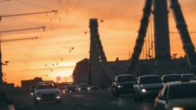 Stadstrafik i solnedgång lager videofilmer