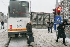 Stadstrafik i vinter Arkivbild