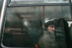 Stadstrafik i vinter Royaltyfria Bilder