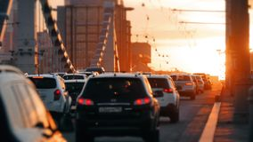 Stadstrafik på bron i solnedgång stock video