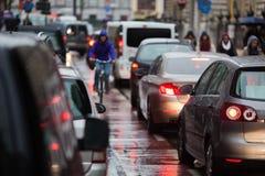 Stadstrafik på en regnig dag Arkivfoto