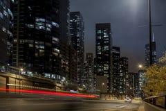 Stadstrafik på natten Arkivfoto