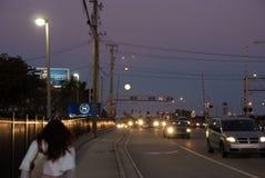 Stadstrafik på natten i Fort Lauderdale, USA royaltyfria foton