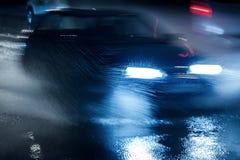 Stadstrafik som kör under hällregn- och vattenfärgstänk Blurr Arkivfoto