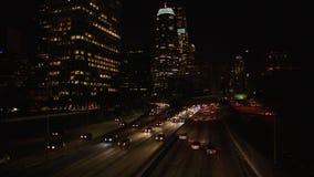 Stadstrafik som panorerar tidschackningsperiod i i stadens centrum Los Angeles på natten 4K arkivfilmer