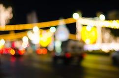 Stadstrafikljus i bakgrunden med suddiga ljus fotografering för bildbyråer