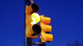 Stadstrafikljusvänd från gräsplan till rött arkivfilmer