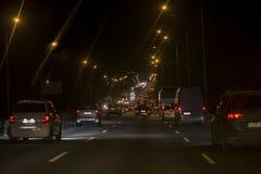 Stadstrafikstockning Många bilar på huvudvägen arkivbilder