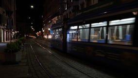 Stadstram bij nacht Maximilianstrasse, München, Duitsland stock videobeelden