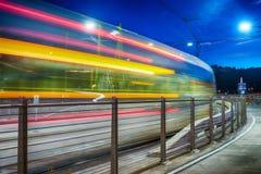 Stadstram die in Tilikum versnellen die bij nacht, Portland kruisen, OF Royalty-vrije Stock Afbeelding