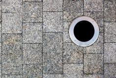 Stadstrottoaren fodras med fyrkantiga marmortegelplattor Arkivbild