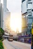 Stadsväg med cityscape av Hong Kong, dubbeldäckarespårvagnar på gatan royaltyfri bild