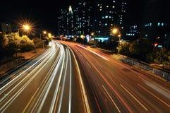 Stadsväg på natten Arkivfoto