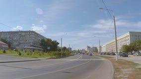 Stadsvägen med en svag trafik arkivfilmer