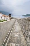 Stadsvägg och Lokrum från den gamla staden, Dubrovnik Royaltyfri Bild