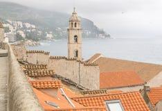 Stadsväggar och Klocka torn i Dubrovnik Royaltyfri Fotografi