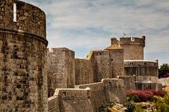 Stadsväggar och Minceta står hög i Dubrovnik arkivfoto