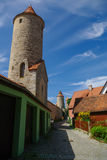 Stadsväggar och torn av Dinkelsbuhl, en av den arketypiska medien arkivbilder