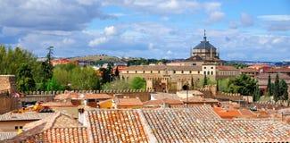 Sjukhus de Tavera och stadsväggar, Toledo Royaltyfria Bilder