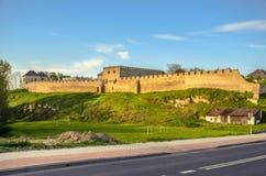 Stadsväggarna och den kungliga slotten, Szydlow, Swietokrzyskie, Polen royaltyfria foton