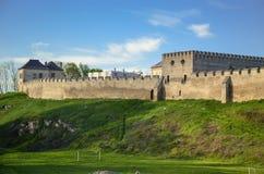 Stadsväggarna och den kungliga slotten, Szydlow, Swietokrzyskie, Polen royaltyfria bilder
