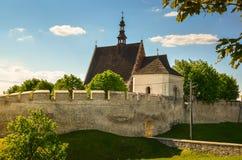 Stadsväggarna och Sten Ladislaus Wladyslaw Church, Szydlow, Polen fotografering för bildbyråer