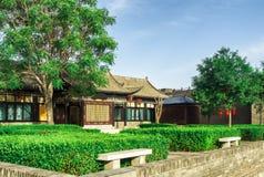 Stadsväggträdgård och byggnad med blå himmel på Pingyao den forntida staden, Kina royaltyfri fotografi