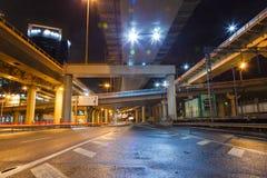 Stadsvägoverpass på natten Fotografering för Bildbyråer