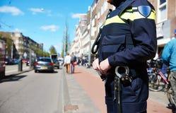 Stadsveiligheid politieagent in de straat Stock Afbeeldingen