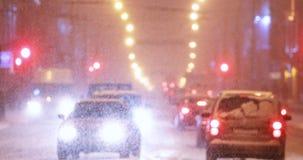 Stadsverkeer in Avond of Nacht van de de Winter de de Sneeuwsneeuwstorm stock videobeelden