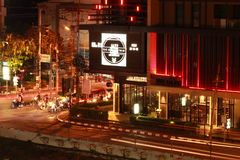 Stadsverkeer bij nacht, Chiang Mai - Thailand royalty-vrije stock foto's