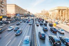 Stadsvervoer op Leningradskoye shosse in de lente Stock Foto's