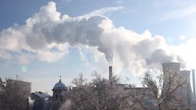 Stadsverwarmingsinstallatieselektrische centrale - hete stoom in de koude lucht Stock Afbeelding